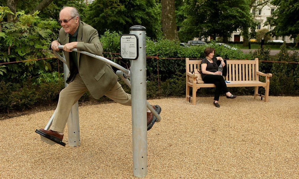 Londra, Birleşik Krallık 2010 yılında Hyde Park'ta açılan, Londra'nın ilk özel amaçlı yaşlı oyun alanında bir adam Fotoğraf: Oli Scarff/Getty Images