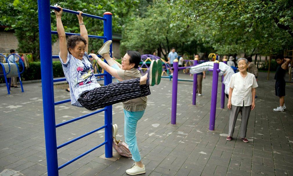 Pekin'deki Di Tan Park'ta kıdemli yurttaşlardan sabah egzersizi Fotoğraf: Dan Chung, The Guardian