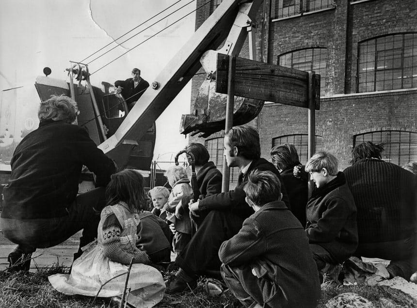 Doğu Londra'nın Canning Town bölgesi mahkeme kararıyla tahliye edilirken Çingene ve Gezginler kepçenin yolunda oturuyorlar. (1960'lar) Fotoğraf: ANL/Rex/Shutterstock